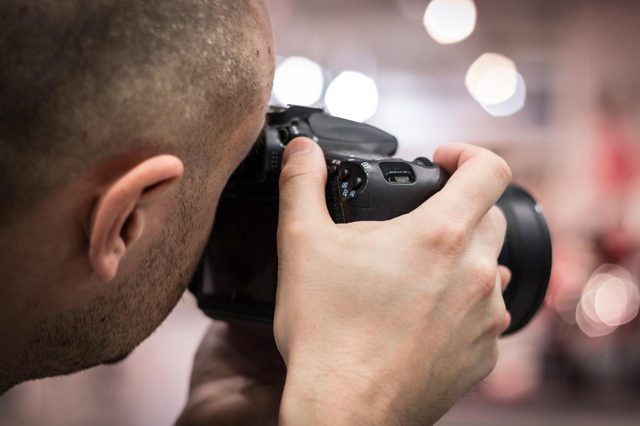 En person som tar bilder